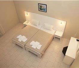 Dhome dyshe me pamje pjeserisht nga deti